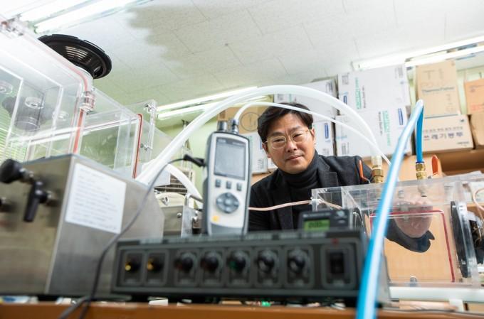이효수 박사가 미세먼지 측정기가 달린 장비를 조절하고 있다. 동아사이언스DB