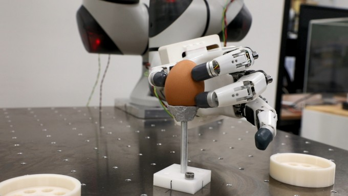달걀을 집는 동작처럼 정교한 작업을 그대로 따라 하는 인간형 로봇 손이 개발됐다. 한국기계연구원 제공