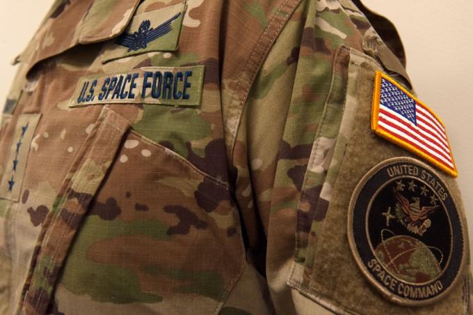 미국 우주군 트위터는 이달 18일 우주군의 첫 군복을 공개했다. 미국 우주군 트위터 캡처