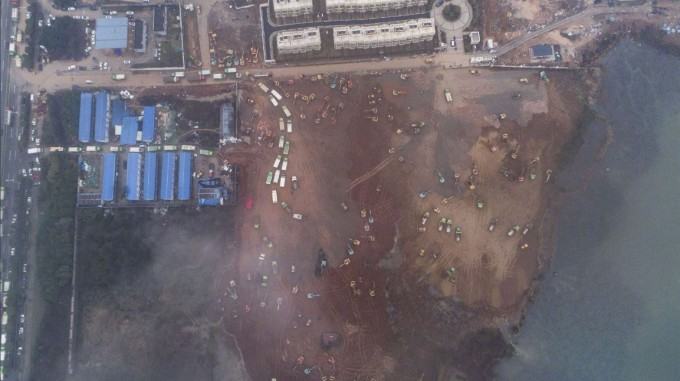 건설 중인 병원의 모습을 하늘에서 관찰했다. CGTN 트위터 제공