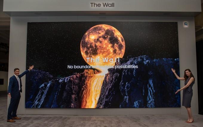 삼성전자 모델이 CES2020에 앞서 개최된 삼성 퍼스트 룩 2020 행사에서 마이크로 LED 기술을 적용한 삼성전자 더 월 292형 제품을 소개하고 있다. 삼성전자 제공