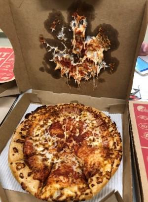 상자 뚜껑에 들러붙은 피자. Laura Lamos/Twitter