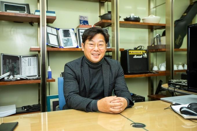 이효수 박사의 연구실 한켠엔 앰프와 기타가 여럿 전시돼 있다. 음파로 미세먼지를 잡는다는 아이디어는 이곳에서 탄생했다. 동아사이언스DB