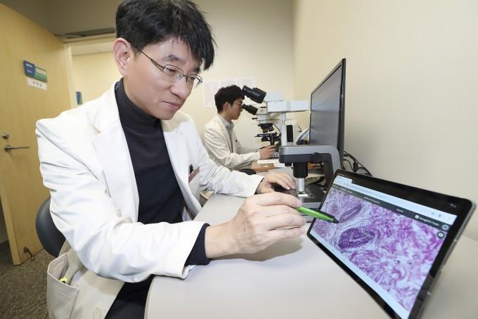 삼성서울병원은 KT와 함께 '5세대 이동통신(5G) 스마트 혁신 병원' 구축을 위한 혁신적 5G 의료서비스를 공동 개발했다. 사진은 삼성서울병원 병리과 교수가 환자의 병리와 영상 데이터를 즉시 확인하고 있는 모습이다. 삼성서울병원 제공
