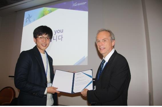 김형택 한국원자력연구원 선임연구원(왼쪽)이 베르너 루흠 유럽방사선량연구그룹 회장(오른쪽)으로부터 젊은 과학자상을 받고 있다. 한국원자력연구원 제공