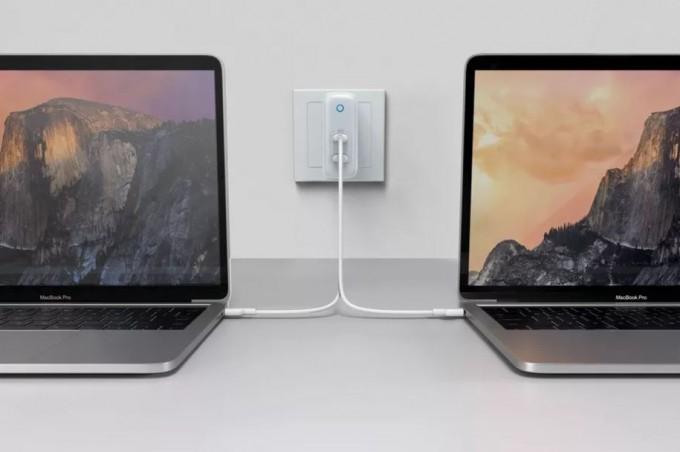 앤커의 60W급 USB C타입 충전기가 노트북 2개를 충전시키는 모습이다. 이와같은 USB 충전기에 담긴 칩이 아폴로 11호 컴퓨터보다 훨씬 고사양이라는 분석이 나왔다. 앤커 제공
