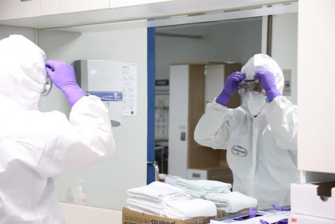 서울대병원 감염격리병동 의료진이 음압병동에 들어가기 위해 레벨D 방호복을 착용하는 모습. 서울대병원 제공