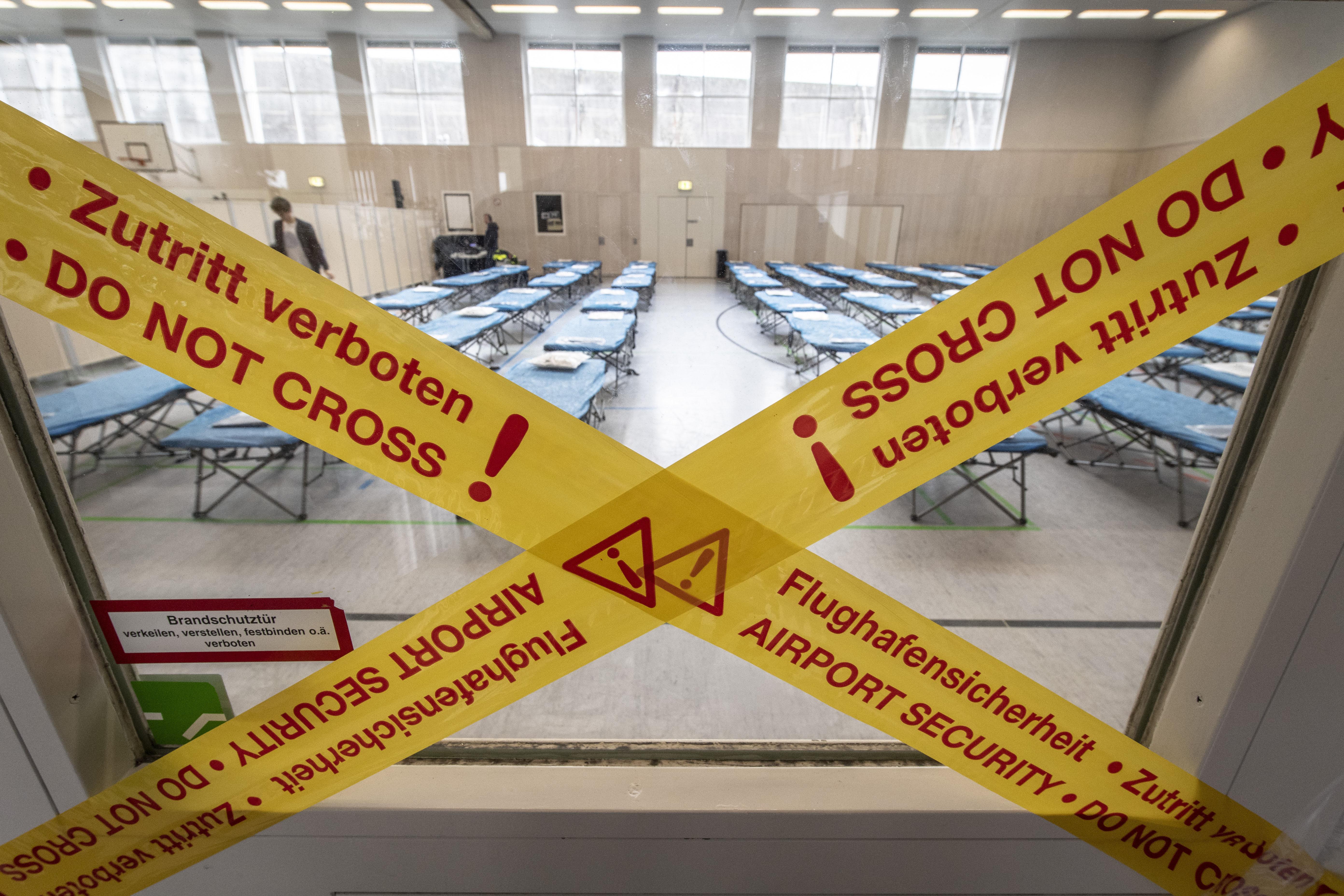 프랑크푸르트 공항 부근의 학교 스포츠홀에 신종 코로나바이러스 감염을 대비한 병상이 마련돼 있다. AP/연합뉴스 제공