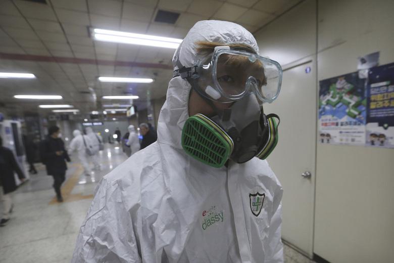 서울 지하철 역에서 코로나 바이러스 예방을 위한 소독제 살포가 진행됐다. AP/연합뉴스 제공