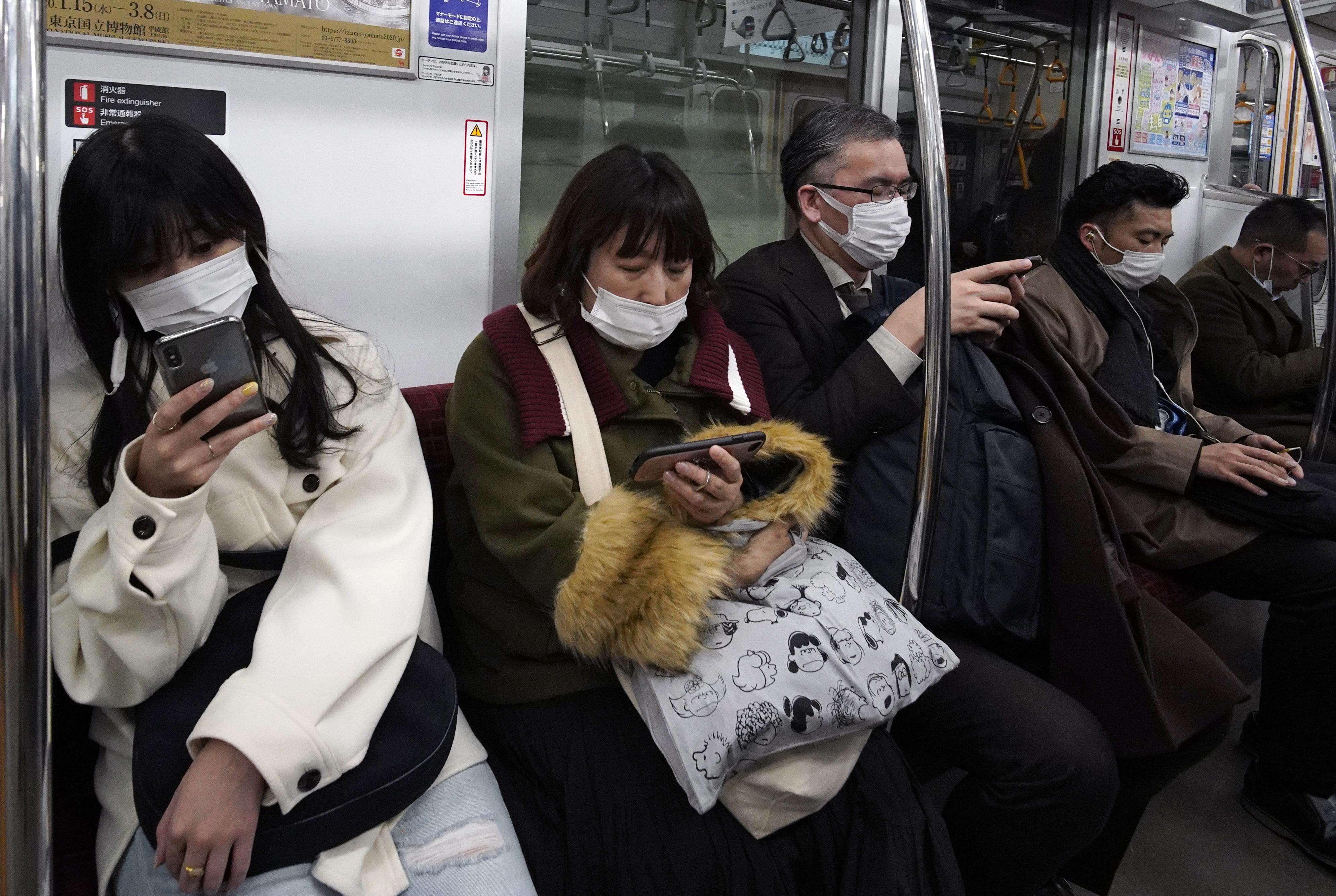 코로나 19의 충격이 확대되고 있는 가운데 일본 도쿄 지하철에서 승객들이 마스크를 끼고 있는 모습이다. 도쿄AP/연합뉴스 제공