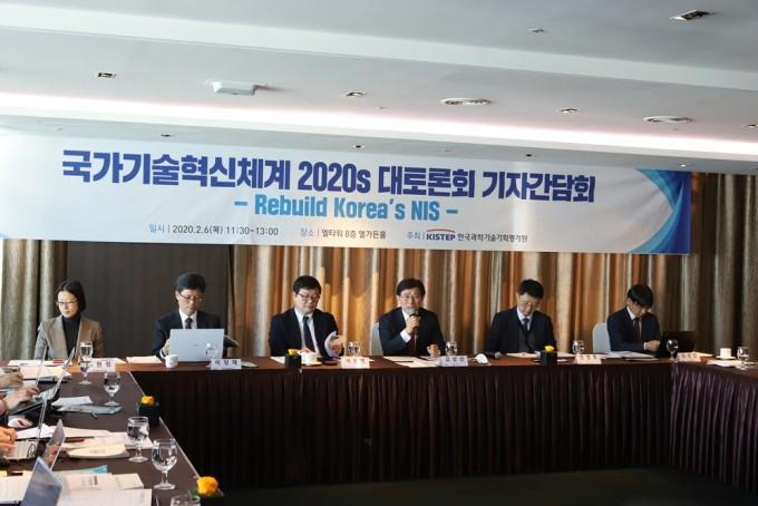6일 서울 강남구 엘타워에서 개최한 ′국가기술혁신체계 2020s 대토론회′에서는 성장 잠재력이 떨어진 2020년대 한국을 혁신하기 위한 다양한 방안이 논의됐다. 사진은 행사에 앞서 개최된 기자간담회에서 발표 중인 KISTEP 연구자들의 모습이다. KISTEP 제공