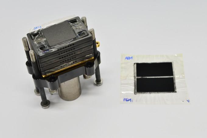 연구팀이 만든 연료전지용 이중교환막(오른쪽)이다. 왼쪽은 더 많은 전기를 발생시키기 위해 이중교환막 접합체를 차례로 적층한 연료전지 스택이다. KIST 제공