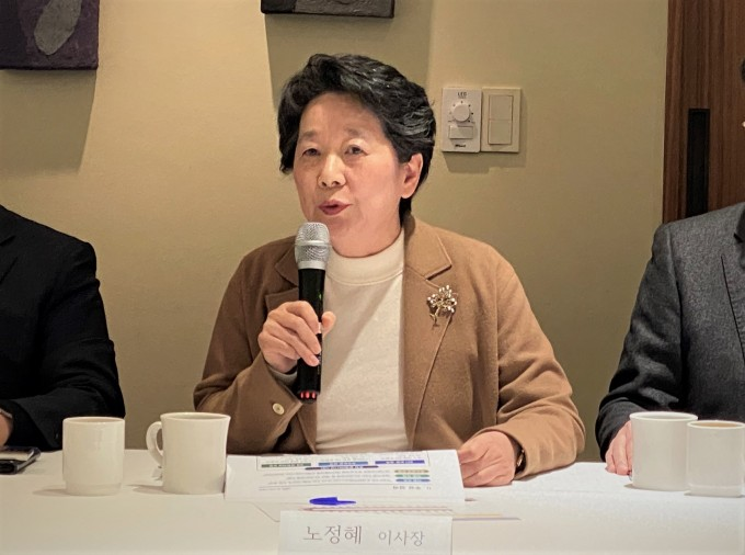 노정혜 한국연구재단 이사장이 5일 낮 서울에서 개최한 기자간담회에서 기초연구 확대와 연구윤리지원센터 운영 등의 계획을 소개하고 있다. 이날 질의응답에서는 국제공동연구센터(GRDC) 사업의 종료 계획도 공개됐다. 윤신영 기자