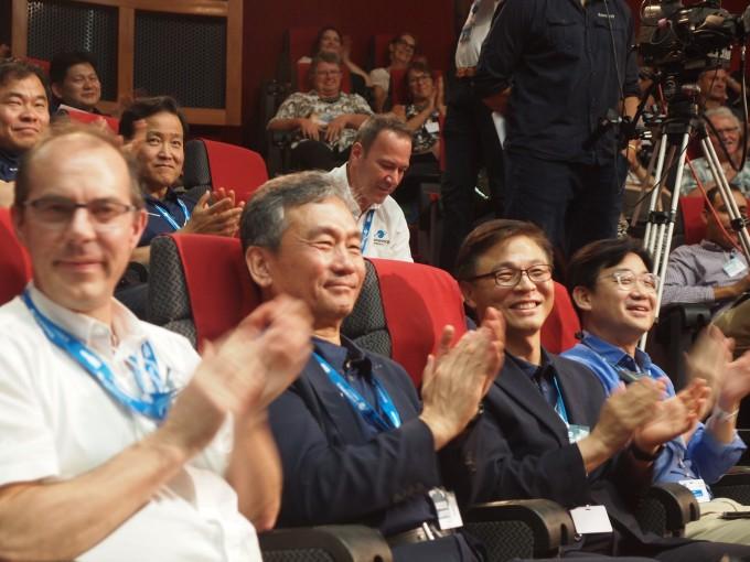 정병선 과기정통부 1차관(앞줄 세번째)과 임철호 한국항공우주연구원장(앞줄 두번째)이 천리안2B호 발사 성공을 축하하고 있다. 공동취재단-아리안스페이스 제공