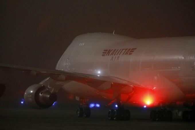일본 크루즈선 ′다이아몬드 프린세스′호에서 탈출한 미국인 탑승객들을 태운 전세기가 17일(현지시간) 미국 텍사스주 래클랜드 기지에 착륙한 모습이다. 연합뉴스 제공