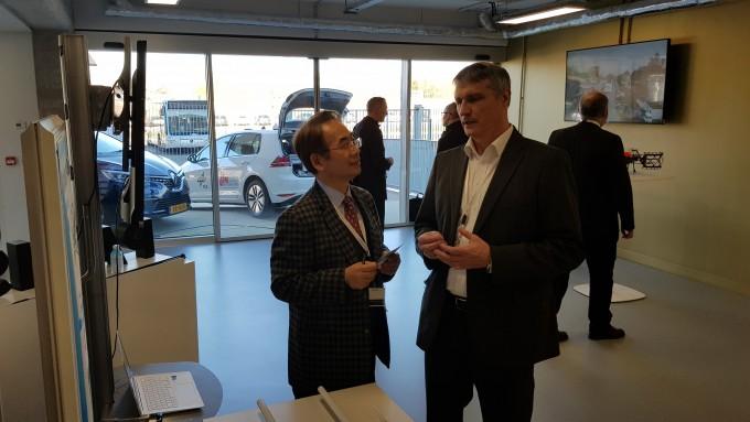 한국전자통신연구원(ETRI)은 지난 6일 프랑스 베르사유에 위치한 국제연구센터 '모비랩'에서 지난 3년간 '오토파일럿 프로젝트'에 참여한 연구성과를 발표했다. 왼쪽은 오현서 책임연구원의 모습.  ETRI 제공