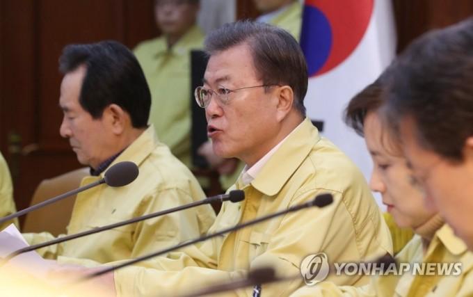 문재인 대통령이 23일 오후 정부서울청사에서 열린 코로나19 범정부대책회의에서 발언하고 있다. 연합뉴스