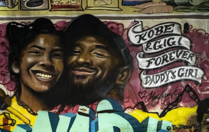 LA에 그려진 브라이언트와 딸 벽화다. 지난 26일 미국프로농구(NBA) 선수 코비 브라이언트가 갑작스러운 헬기 사고로 목숨을 잃으며 전 세계 농구팬들에 슬픔을 안겨줬다. 연합뉴스/EPA 제공