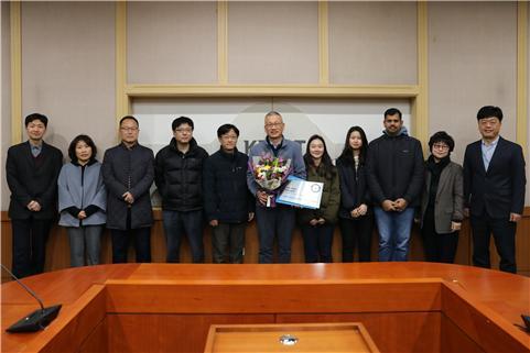 3일 오전 대전 소재 한국화학연구원에서 열린 세계적 혁신 기술 인증서 및 현판 수여식에서 이광호 책임연구원(가운데)과 이미혜 원장(오른쪽에서 두 번째) 등 관계자들이 기념사진을 촬영했다. 화학연구원 제공.