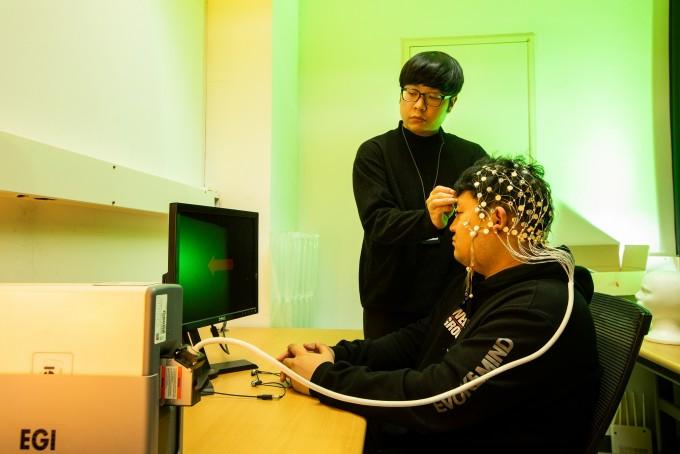 이보름 광주과학기술원(GIST) 교수 연구실 연구원들이 뇌파를 측정하는 실험을 하고 있다. 뇌파를 측정한 뒤 머신러닝 기술로 분석해 뇌전증 등을 예측하는 기술을 연구 중이다. 동아사이언스 제공