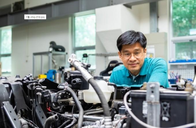 차 그룹장이 완성차업체들이 만든 전기차를 연구하고 있다. 동아사이언스DB