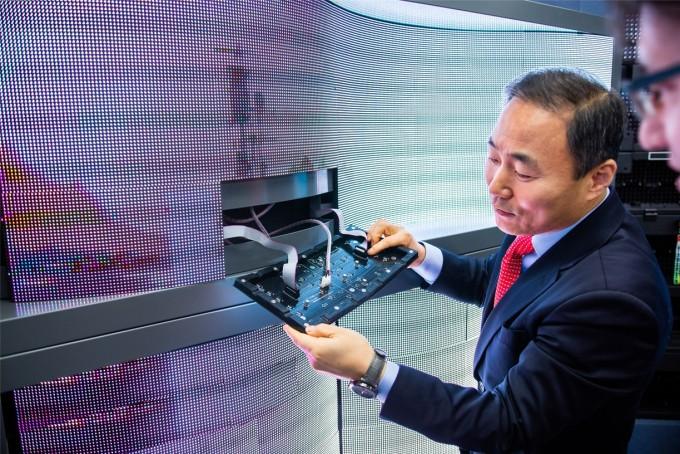 싸인텔레콤 박영기 대표가 휘어지는 LED 디스플레이에 관해 설명하고 있다. 동아사이언스DB