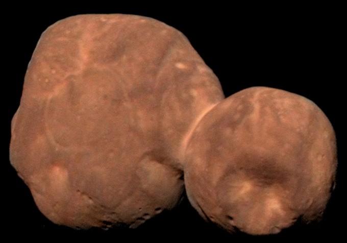 미국항공우주국(NASA)의 우주탐사선 ′뉴호라이즌스′호가 촬영한 아로코스의 모습이다. 두 개의 소행성이 합쳐진 독특한 모습을 하고 있다. NASA 제공