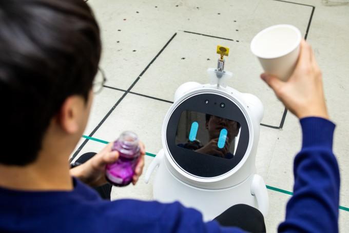 김문상 광주과학기술원(GIST) 교수가 개발한 노약자 헬스케어 AI로봇이 24일 오후, 연구원에게 다가와 약 복용 시간을 알린 뒤 다 먹을 때까지 물끄러미 바라보고 있다. 제 때 약을 챙겨 먹어야 하는 노약자가 무시하고 약을 거르기 힘든 표정이다. 동아사이언스 제공