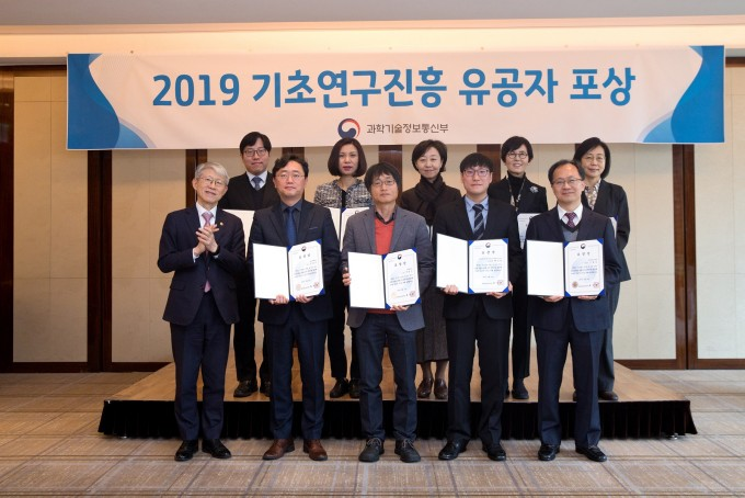 과학기술정보통신부가 12일 오후 서울 중구 웨스틴조선호텔에서 ′2019 기초연구진흥 유공자 시상식′ 을 개최했다. 최기영 과학기술정보통신부 장관이 수상자들과 기념촬영 하고 있다. 과학기술정보통신부 제공