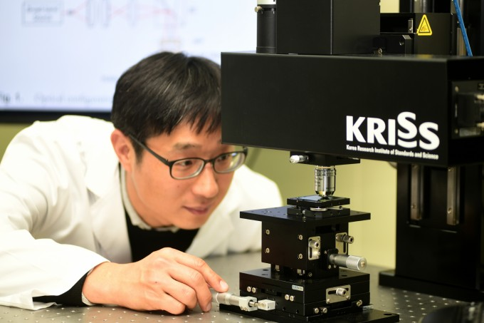 김영식 KRISS 첨단장비측정연구소 책임연구원이 3차원 나노소자를 측정하고 있다. KRISS 제공