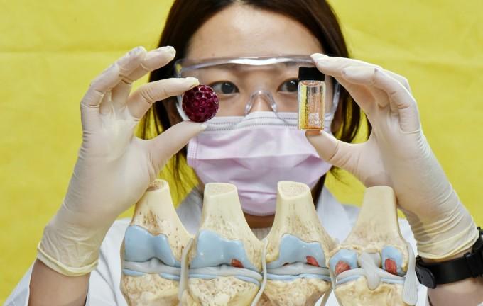 한국마이크로의료로봇연구원이 개발한 초소형 로봇 ′스템셀 네비게이터′가 작은 병 속에 담겨 떠다니는 모습이다. 연구팀은 최근 이 로봇을 활용해 토끼의 무릎 연골을 재생시키는 실험에 성공했다. 한국마이크로의료로봇연구원 제공