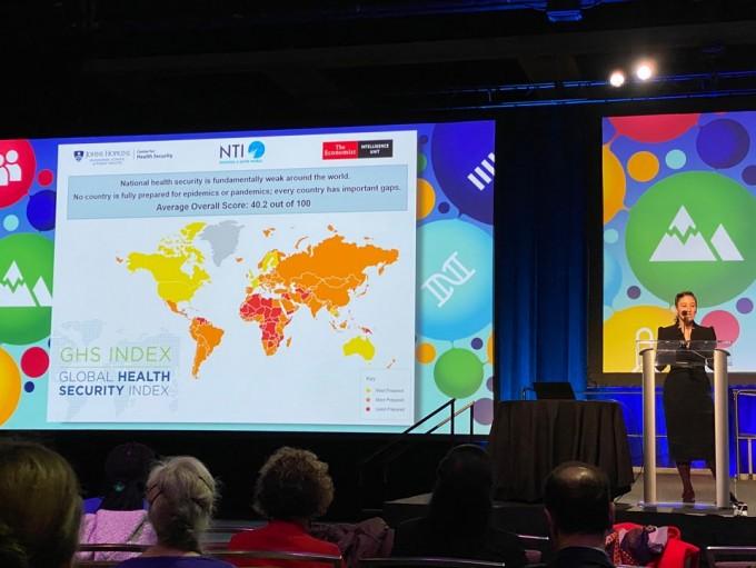 제이미 야시프 NTI 수석 펠로가 시애틀에서 열린 AAAS 연차총회에서 세계보건안전지수를 소개하고 있다. 노란색을 제외한 나머지 국가들은 붉은색으로 대응능력 점수가 낮은 수준이다. 시애틀=김민수기자.
