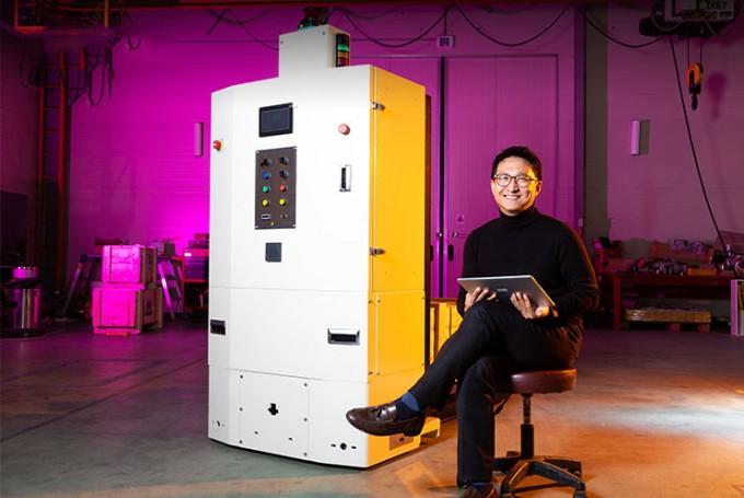 조현철 한국생산기술연구원 정밀가공제어그룹 박사와 AGV의 모습. 공장의 자동화와 스마트 공장이 늘면서 AGV 사용이 급격하게 늘고 있다. 동아사이언스DB
