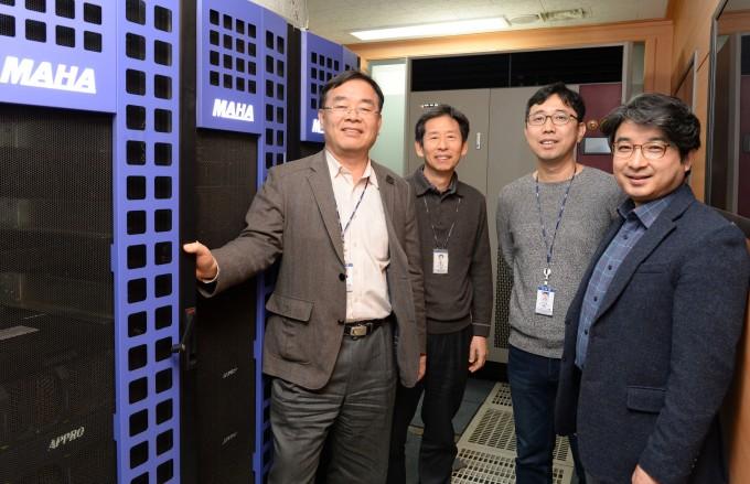 ETRI 연구진들이 개발한 마하 컴퓨터 서버룸에서 단체 사진을 촬영했다. 왼쪽부터 최완 책임연구원, 김형환 책임연구원, 전승협 선임연구원, 우영춘 책임연구원이다. ETRI 제공.