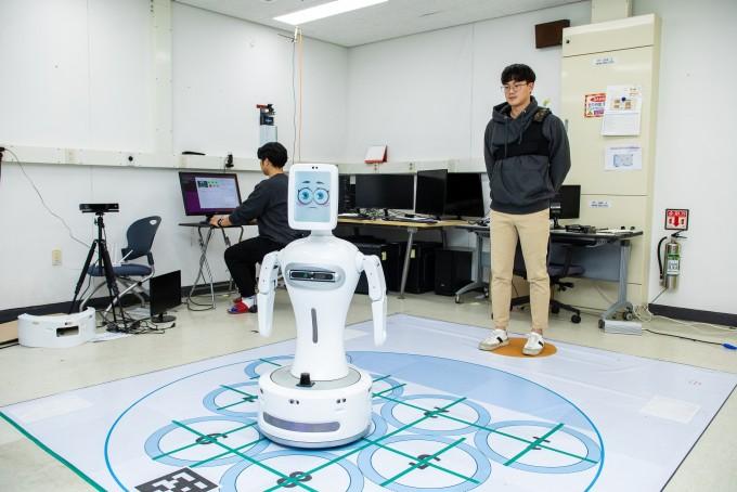 자폐스펙트럼증후군(ASD) 환자를 위해 사회성을 개선시키는 AI 로봇도 연구되고 있다. 게임을 통해 ASD 어린이가 다른 어린이와 함께 어울리는 훈련을 할 수 있다. 동아사이언스 제공