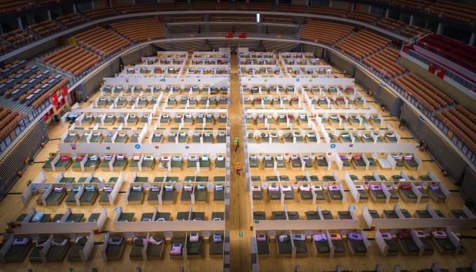 중국 우한의 스포츠 센터를 개조한 임시 병원의 내부. 임시 병원은 모두 1천100개의 병상 등 기본적인 설비를 갖추고 신종 코로나바이러스 감염증(코로나 19) 경증 환자를 수용할 준비를 마쳤다. 연합뉴스 제공