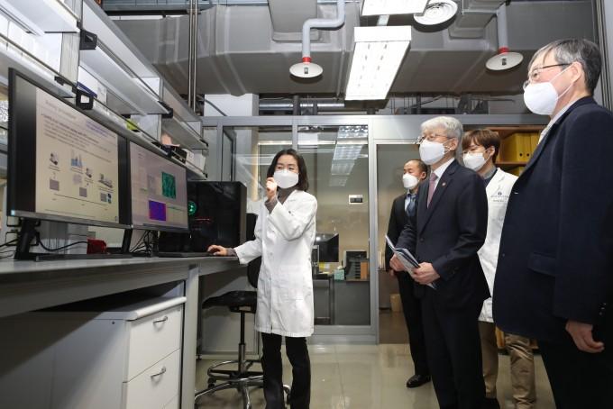 최기영 과학기술정보통신부 장관(왼쪽 세번째)이 28일 오후 경기 성남시 한국파스퇴르연구소를 방문해 신종 코로나바이러스 감염증(코로나19) 치료제 탐색 연구에 관한 설명을 듣고 있다. 과학기술정보통신부 제공
