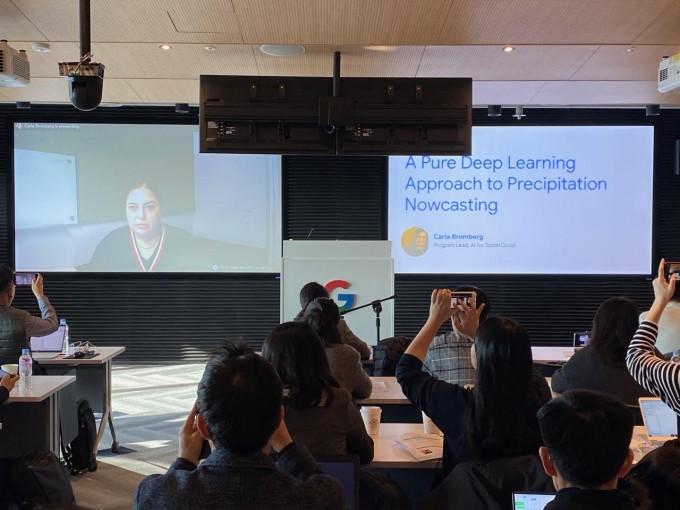 칼라 브룸버그 구글 공익을 위한 AI 프로그램 창립자 겸 리드가 4일 오전 서울 강남구 구글코리아 본사에서 화상 인터뷰를 열고 기상 예측 AI 기술 ′나우캐스트′를 소개하고 있다. 윤신영 기자