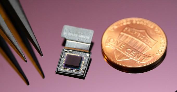두께가 0.74mm에 불과한 초박형 카메라 기술을 KAIST 연구팀이 개발했다. 렌즈와 이미지센서를 이어 붙였는데도 동전 두께의 반밖에 안 된다. KAIST 제공