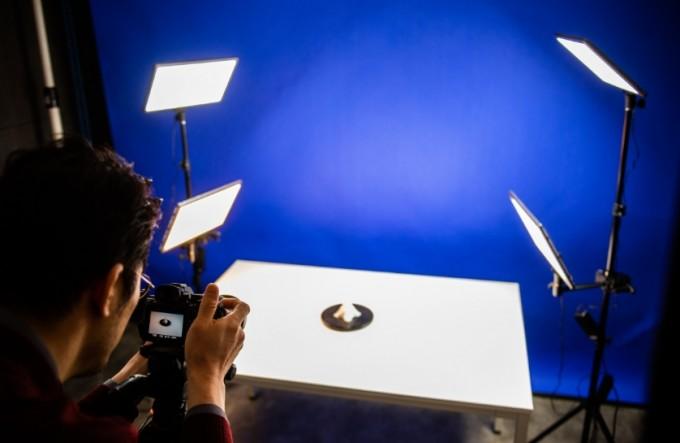 디지털제조스튜디오에 마련된 창업기업 제품 사진 촬영 장소. 디지털제조스튜디오는 사업화 및 성공 스토리, SNS마케팅 등 블랜딩을 지원한다. 동아사이언스DB