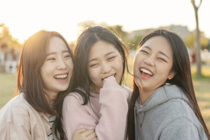 눈둘레근까지 움직이는 뒤센 미소의 극단적인 예인 눈웃음은 보는 사람도 즐겁게 한다. 웃는 사람의 진심이 '확실하게' 느껴지기 때문 아닐까. 그러나 몇몇 연구결과에 따르면 뒤센 미소가 꼭 진짜 미소인 것은 아니다. 게티이미지뱅크 제공
