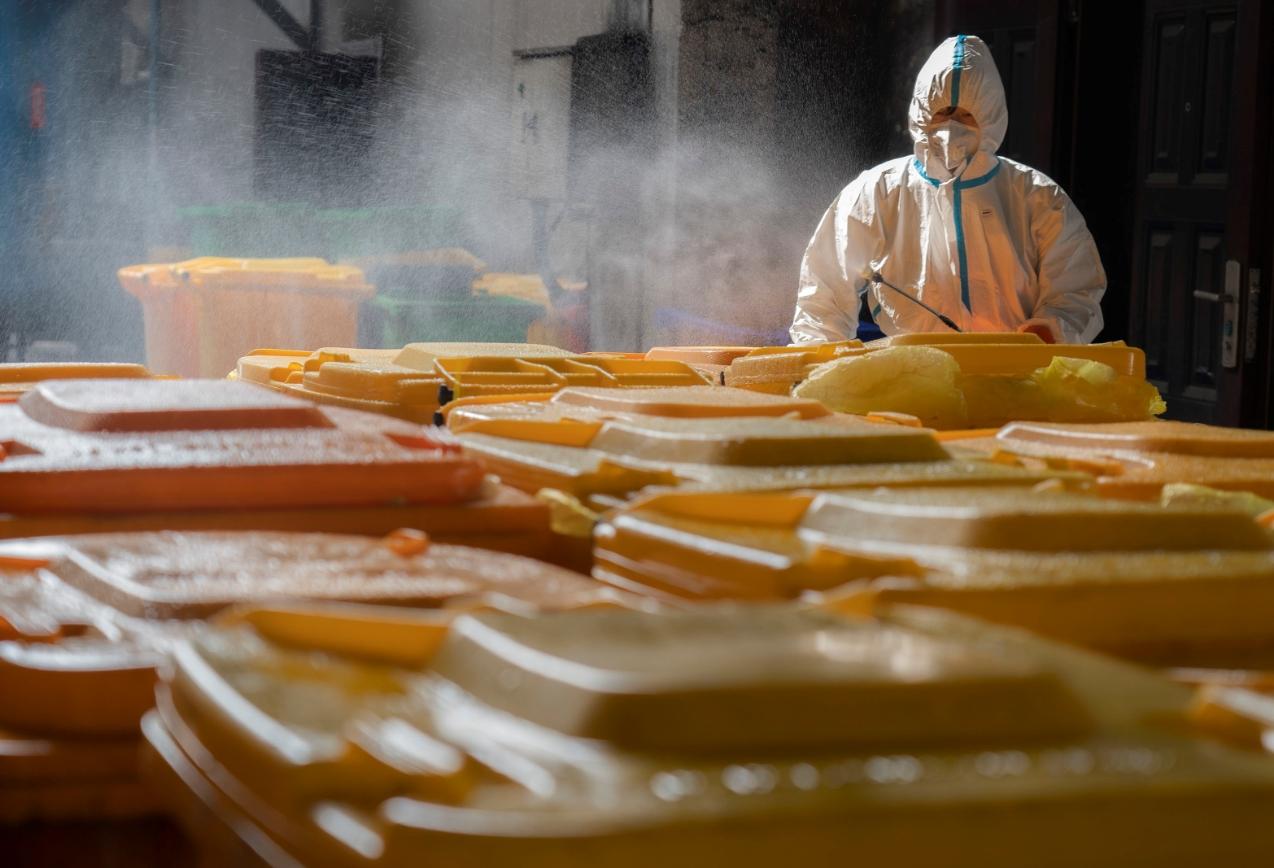 우한 의료 폐기물 처리하는 용역업체 직원. 중국 우한의 한 산업 폐기물 처리 업체의 직원이 5일 의료 폐기물이 보관된 컨테이너를 소독하고 있다. 이 회사는 신종 코로나바이러스 감염증(코로나19)이 확산하기 시작한 이후 산업 폐기물 대신 의료 폐기물 처리에 주력하고 있다. 신화/연합뉴스 제공