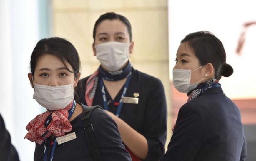 호주 시드니 공항에서 상하이발 중국동부항공 소속 항공 승무원들이 마스크를 쓰고 도착하고 있다. 연합뉴스 제공