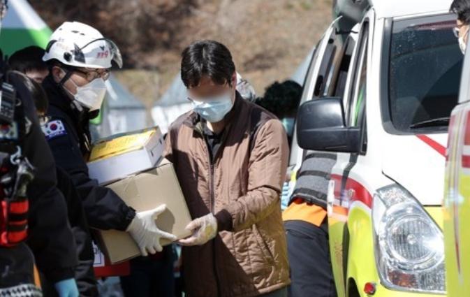 광주에서 치료를 받던 가족 4명이 완치돼 대구 자택으로 퇴원하고 있다. 연합뉴스 제공