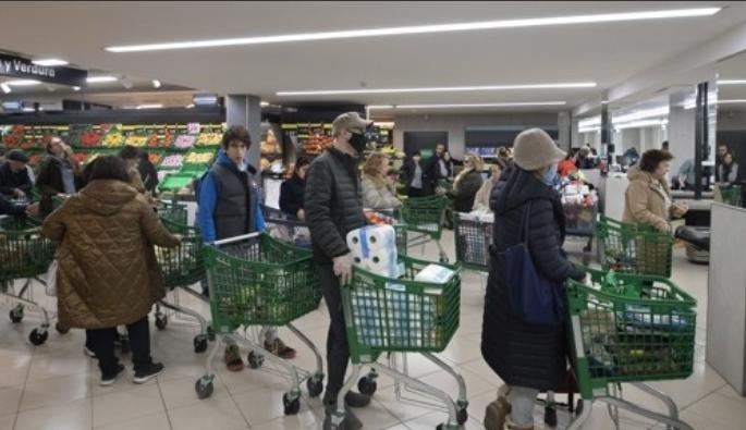 코로나19 우려로 사재기하는 마드리드 시민들. 스페인 수도 마드리드의 한 슈퍼마켓에서 10일(현지시간) 신종 코로나바이러스 감염증(코로나19) 확산 우려로 사재기에 나선 시민들이 마스크를 쓴 채 계산대 앞에 줄지어 서 있다. 스페인 보건당국은 전날 마드리드를 중심으로 코로나19 확진자가 급증함에 따라 마드리드 내 유치원과 대학을 포함한 모든 학교가 오는 11일부터 2주간 문을 닫는다고 밝혔다. 마드리드 AP/연합뉴스