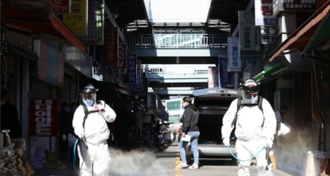 구로구 신도림동 코리아빌딩에서 코로나19 확진자가 무더기로 발생하고 있는 가운데 11일 오전 서울 구로기계공구상업단지에서 서울구로기계공구상업단지조합 관계자들이 방역을 하고 있다. 연합뉴스 제공