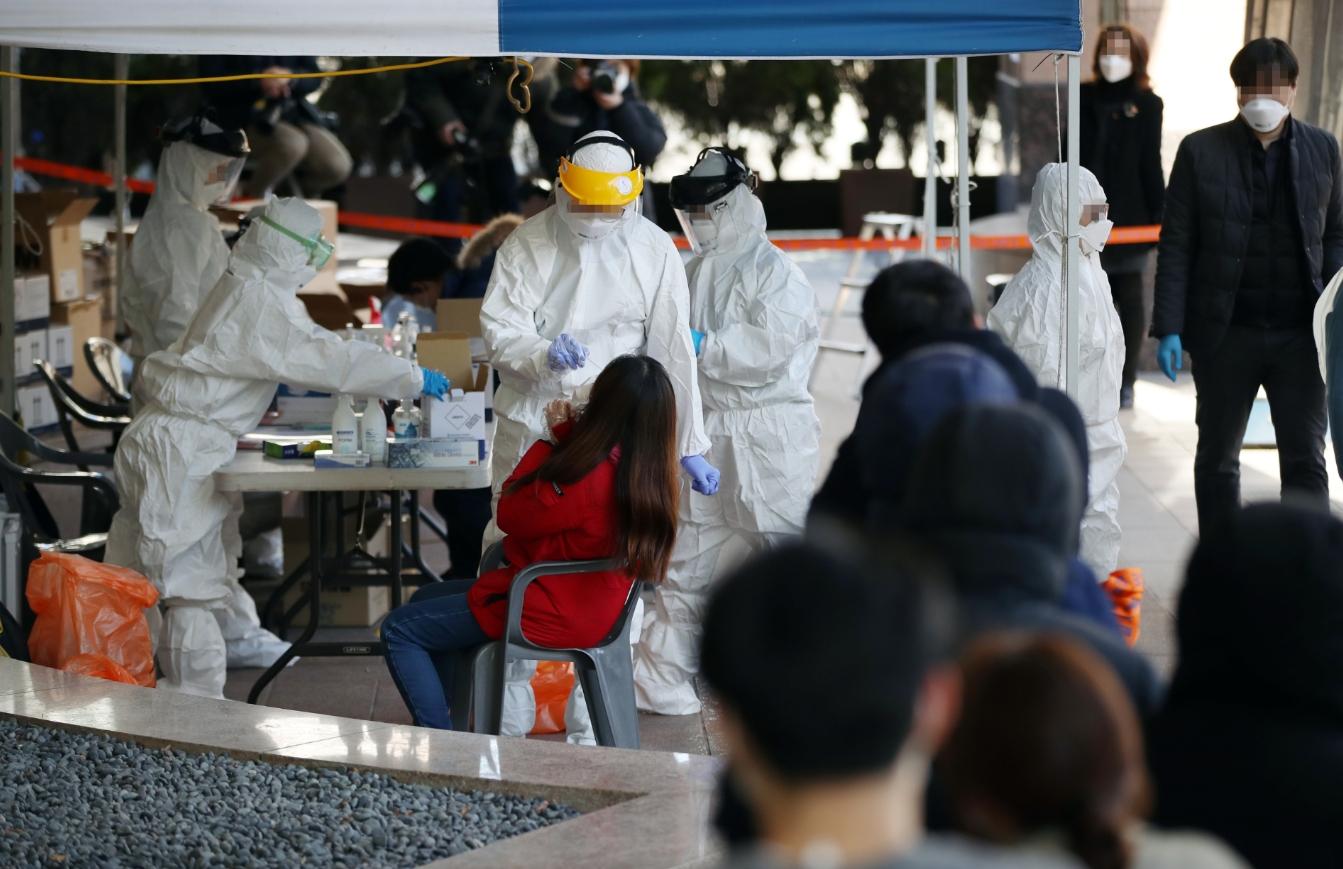 신종 코로나바이러스 진단을 위한 선별진료소에 시민들이 검사를 받고 있다. 연합뉴스 제공