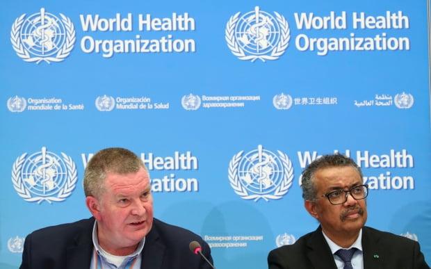 테드로스 아드하놈 게브레예수스 세계보건기구(WHO) 사무총장(오른쪽)과 마이클 라이언 WHO 긴급대응팀장이 언론 브리핑에서 기자들의 질문에 답하고 있다. 로이터/연합뉴스 제공