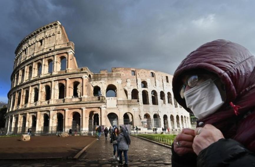 이탈리아 내 신종 코로나 확진자가 급증하는 가운데 지난 7일 로마의 콜로세움 앞을 한 남성이 마스크를 쓴채 지나가고 있다.AFP/연합뉴스 제공