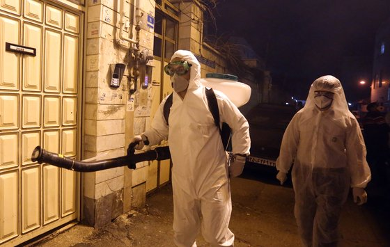 이란 방역 담당자들이 지난 11일 이란 테헤란 거리를 소독하고 있다. EPA/연합뉴스 제공